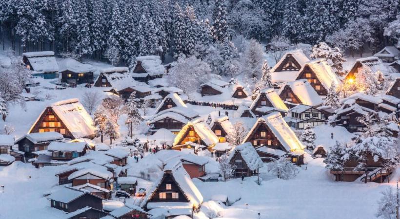 Les chaumières centenaires du village de Shirakawa-go.