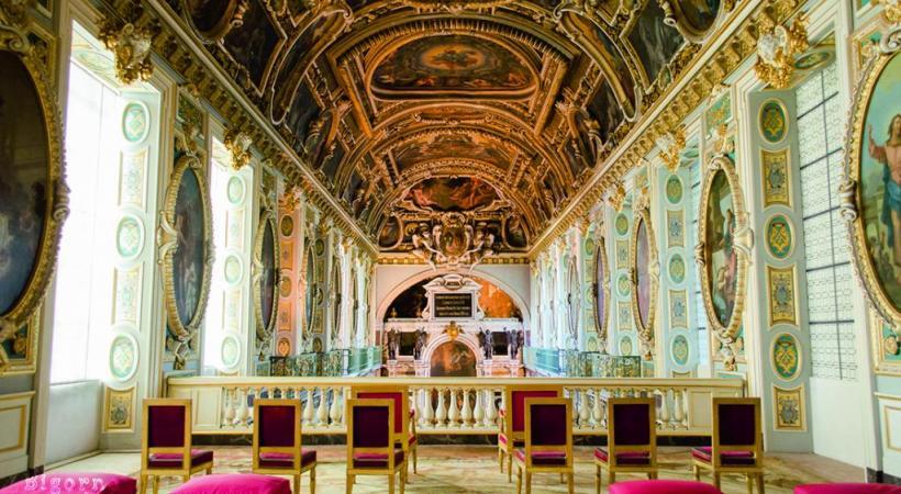 La salle du trône. Avec ses cours et ses jardins, le château atteint une superficie de 130 hectares. DR