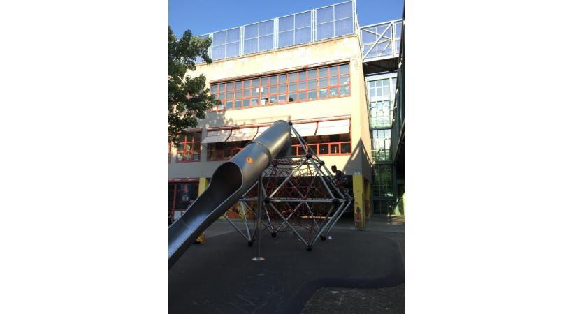 L'école des Pâquis-Centre, en cours de rénovation, est souvent transformée en dépotoir la nuit venue. DR