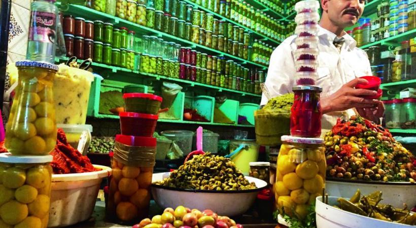 Dans le marché couvert de la Casbah, une échoppe de produits locaux dont la spécialité est le citron confit, utilisé notamment pour les tagines.