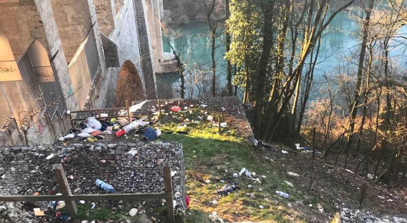 Des matelas posés au pied d'un pilier du pont Butin. DR