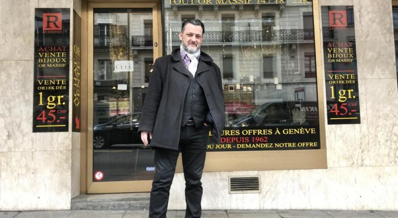 Laurent Leisi, devant son commmerce, a dépensé 10'000 francs dans cette affaire. FRANCIS HALLER