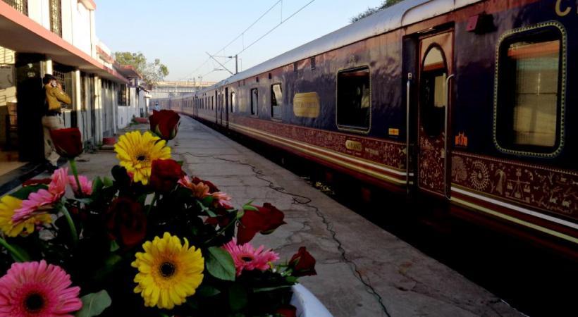 A chaque arrêt du train de luxe, un accueil local sur le quai.