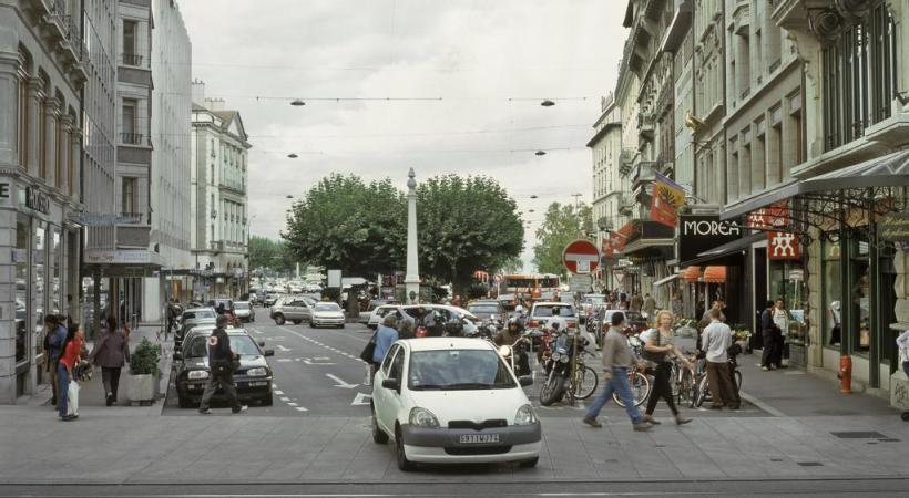 La place quand les voitures pouvaient encore la traverser  dans les années 2000. Elle sera désormais dévolue aux piétons. DR