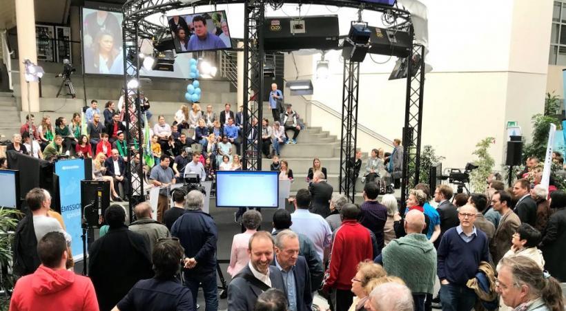 Electeurs et candidats réunis dimanche après-midi  à Uni Mail à l'issue des scrutins. FRANCIS HALLER