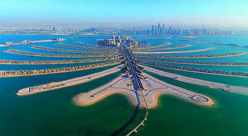Le fameux hôtel extra-luxe Burj Al Arab, en forme d'immense voilier, au bord du golfe Persique. 123RF/VIOLETTA SHADURSKAIA Le nouveau quartier de La Mer avec la ville en arrière-plan. DUBAÏ TOURISME La tour Burj Khalifa, qui culmine à 828 m, est la plus haute du monde. 123RF/SANTORINES Pour sortir du tumulte urbain, surfer sur les dunes est une activité prisée. DUBAÏ TOURISME