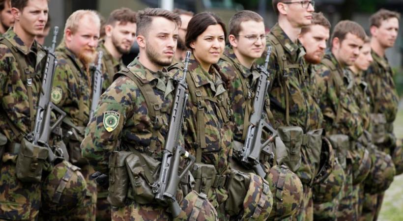 Le Code pénal militaire punit de prison ou d'une sanction disciplinaire les soldats et recrues qui ne respectent pas les directives de l'armée pour entreposer leurs affaires militaires. ARMéE SUISSE