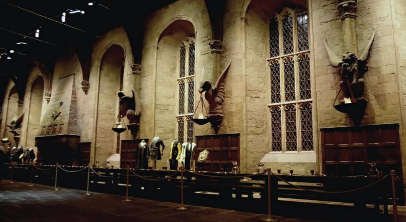 Aux Studios Warner, le réfectoire inspiré par un collège d'Oxford.