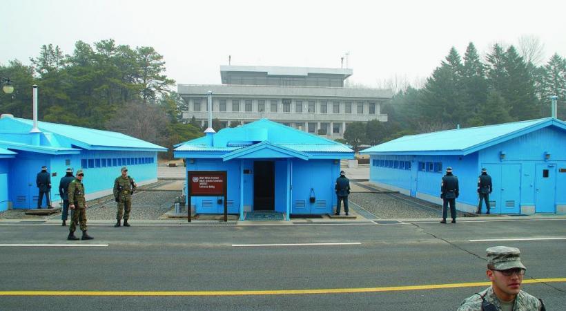 Panmunjom, au milieu de la zone démilitarisée, où les deux armées nord-coréenne et sud-coréenne se font face. DR