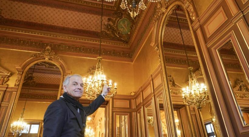 Rémy Pagani est fier de dévoiler le résultat de trois ans de minutieux travaux de restauration et, un brin cocardier, de pointer au plafond l'écusson de la Ville de Genève. CHRISTIAN BONZON