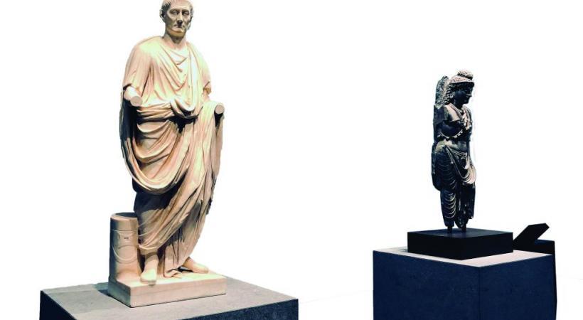 «L'Orateur» sculpté à Rome, côtoie un bodhisattva originaire du Gandhara.