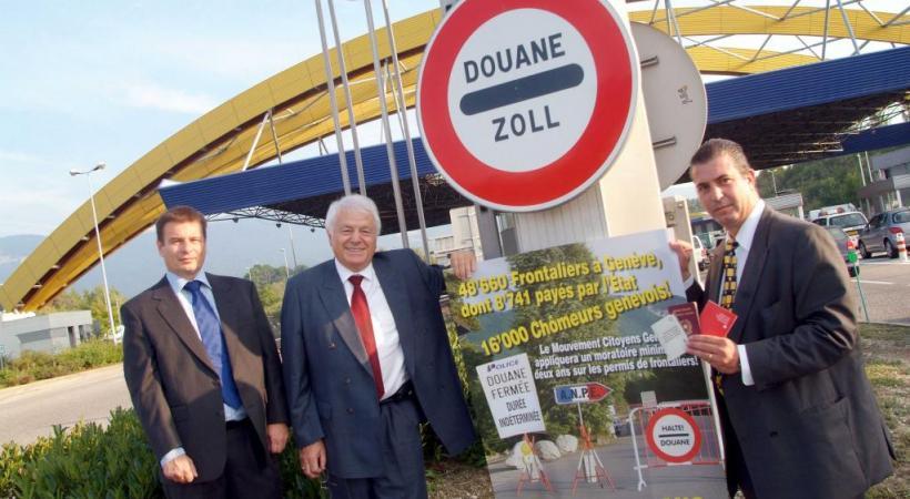 Le MCG en campagne, avec son ancien président Eric Stauffer (à droite),  à la douane de Bardonnex en 2005, pour dénoncer la libre circulation des personnes. En médaillon, le nouveau président Francisco Valentin. PASCAL BITZ