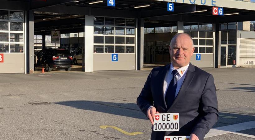 Didier Leibzig, directeur de l'Office cantonal des véhicules, présente les deux plaques d'immatriculation à six chiffres pour motos mises en vente. DR