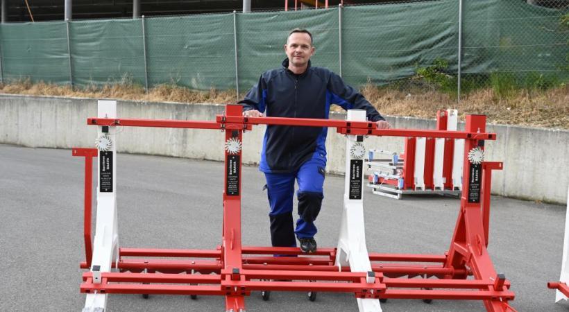 Pascal Seeger, ancien inspecteur de police, devant une barrière antiterroriste. CHRISTIAN BONZON