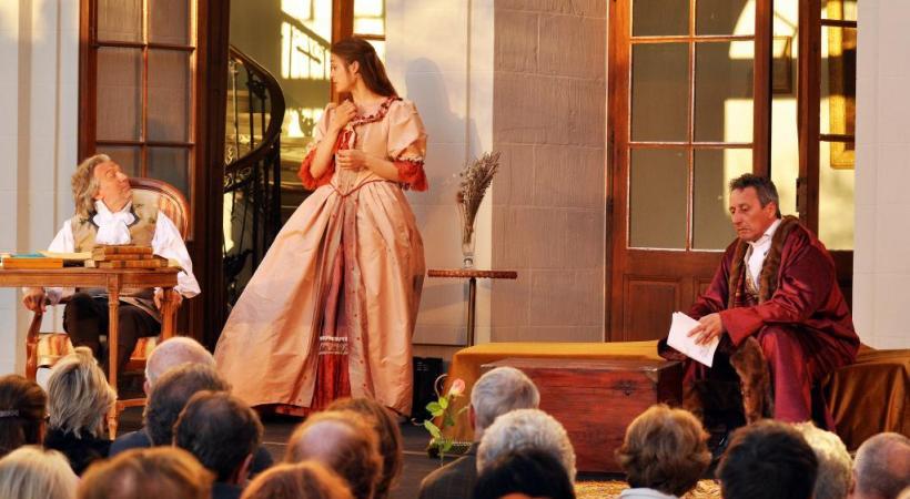 L'esprit de Germaine de Staël, romancière genevoise et française de la fin du XVIIIe siècle, reprend vie chaque année dans la cour du château. DR