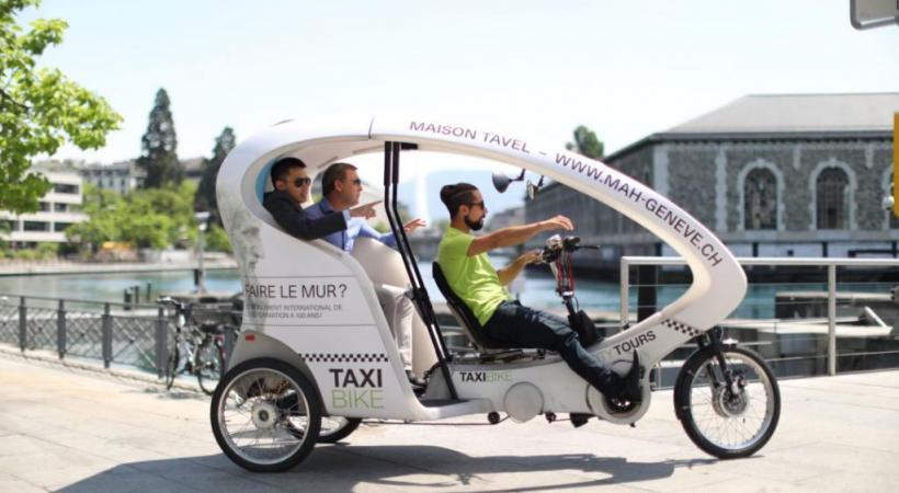 Le vélo-taxi permet aussi aux touristes de visiter Genève autrement. TAXIBIKE