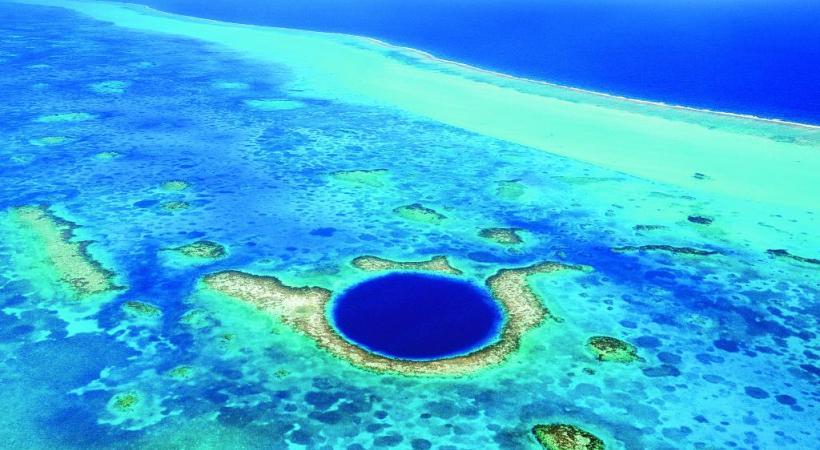 Le Great Blue Hole est un cénote sous-marin situé au large de la côte du Belize. DR