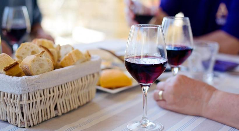 Le vin rouge domine la consommation mondiale avec une part de marché à 55%. DR