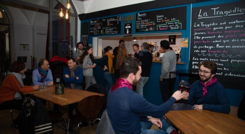 L'actuelle buvette transformée en bar sera gérée par des étudiants.