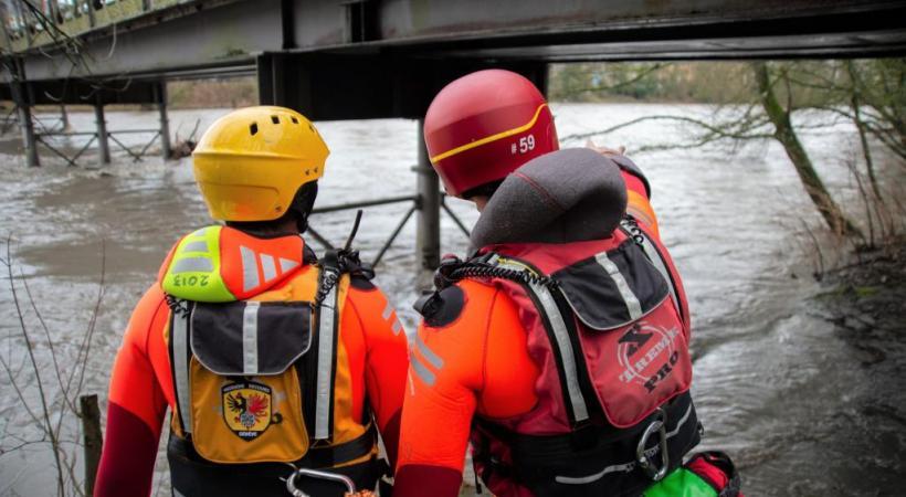 Malgré les changements opérationnels, les interventions se poursuivent. Ici, des pompiers vérifient les bords de l'Arve en crue lundi 3 février. STéPHANE CHOLLET