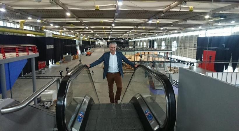 Le directeur du Geneva International Motor Show, Olivier Rihs, devant le futur circuit  de 456 m. qui permettra aux visiteurs de tester les véhicules électriques ou au gaz naturel. MP