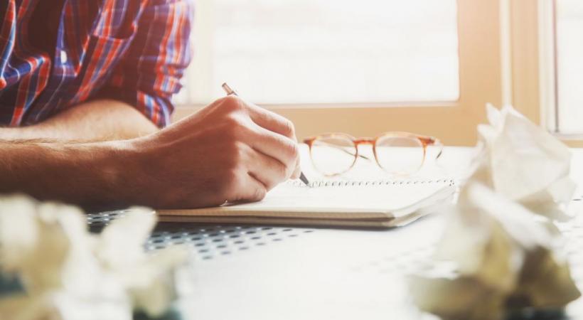 Journaliste genevois, l'auteur est seul à écrire, inspiré par les idées de ses lecteurs. 123RF/IVAN KRUK