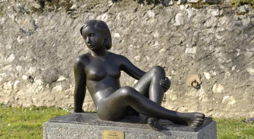 L'élégante jeune-fille du parc Cottier, œuvre du sculpteur Jean-Joachim Cornaglia.