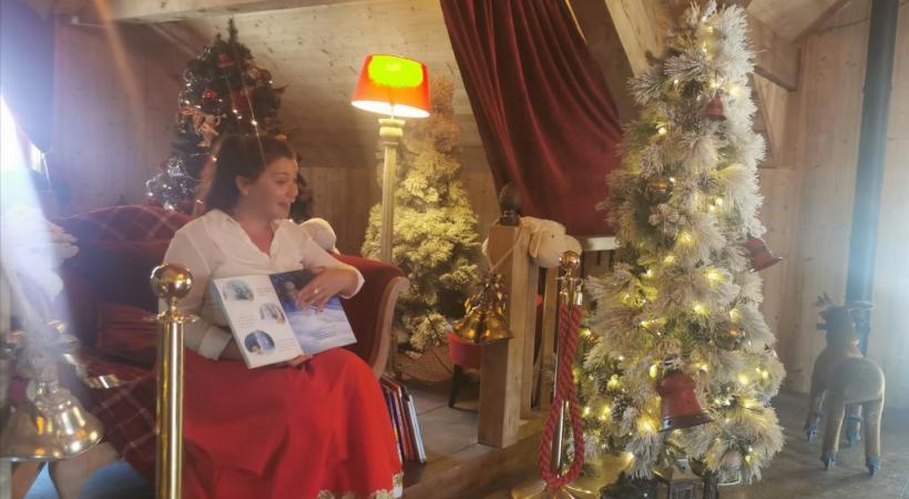 La Mère Noël lit des contes dans sa chaumière. MP