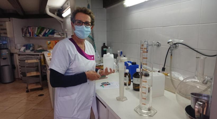 A la pharmacie de la place du Cirque, Marie-Claude Graifemberg produit une solution hydroalcoolique en suivant la recette de l'OMS. MP